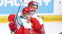 Hokejisté Sparty Tomáš Pavelka (vlevo) a Jérémie Blain oslavují gól druhého jmenovaného na 3:2 proti Kometě.