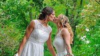 Partnerky Lucie Voňková (vlevo) a Claudia Voňková na svatební fotografii. Zdroj: Instagram @claudiavonkova85