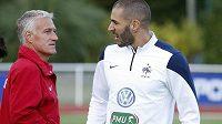 Kouč Didier Deschamps (vlevo) v rozhovoru s útočníkem Karimem Benzemou v tréninkovém středisku francouzského týmu v Clairefontaine.