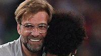 Radostné objetí trenéra Liverpoolu Jürgena Kloppa s Mohamedem Salahem. Vlevo zklamaný záložník AS Řím Radja Nainggolan.