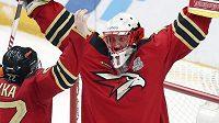Šimon Hrubec slaví s Omskem vítězství v KHL