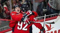 Útočník Washingtonu Capitals Jakub Vrána (13) slaví se svým spoluhráčem Jevgenijem Kuzněcovem (92) jeden ze svých gólů proti Calgary.