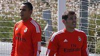 Brankářský tandem Realu Madrid pro nadcházející sezónu vytvoří Keylor Navas (vlevo) a Iker Casillas.