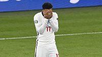 Anglický záložník Jadon Sancho po neproměněné penaltě ve finále EURO proti Itálii