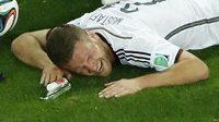 Německý fotbalista Shkodran Mustafi se svíjí v bolestech v utkání s Alžírskem.