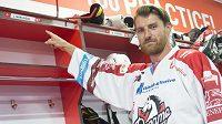 Nová posila hokejistů extraligových Pardubic Jakub Nakládal pózuje u svého místa v kabině.