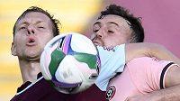 Matěj Vydra z Burnley (vlevo) a Jack Robinson z Sheffieldu United.