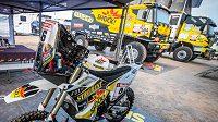 Start Dakaru se přiblížil. V popředí motorka Maruška, v pozadí kamion Franta...