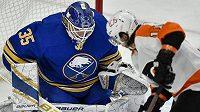 Brankář Buffala Linus Ullmark likviduje další ze šancí Flyers