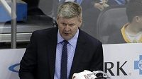 Trenér Calgary Flames Bill Peters.