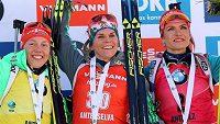 Trojice nejlepších biatlonistek závodu s hromadným startem v Anterselvě - vlevo třetí Němka Laura Dahlmeierová, uprostřed její vítězná krajanka Nadine Horchlerová a vpravo Gabriela Koukalová.