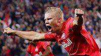 Norský útočník Salcburku Erling Braut Haaland slaví jeden ze svých gólů v duelu s Genkem.