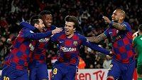 Fotbalisté Barcelony se radují z gólu proti Granadě