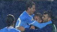 Historická chvíle, fotbalisté San Marina slaví gól Filippo Berardiho.