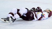 Sparťanský hokejový útočník Jaroslav Hlinka leží na ledě v průběhu druhého čtvrtfinálového duelu play off s Vítkovicemi.