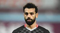 Fotbalista Liverpoolu Mohamed Salah sleduje dění na hřišti během utkání s Tottenhamem.