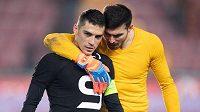 Sparťan Nicolae Stanciu zahodil penaltu, utěšuje ho spoluhráč a krajan Florin Nita.