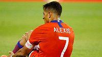 Útočník Interu Milán Alexis Sánchez se podrobil operaci vazů v levém kotníku a bude tři měsíce bez fotbalu.