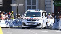 Sanitka odváží belgického cyklistu Wouta van Aerta po pádu v časovce na tour de France.