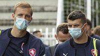 Tomáš Souček (vlevo) a Ondřej Kúdela v rouškách přivádějí národní tým na trénink...
