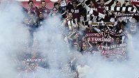 Řádění fanoušků při turínském derby.