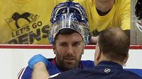 Zraněný gólman New Yorku Rangers Henrik Lundqvist (30) v péči klubového lékaře.
