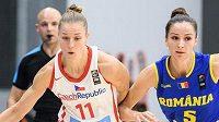 Česká basketbalistka Kateřina Elhotová a Romina Filipová z Rumunska.