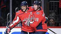 Nicklas Bäckström (vpravo) se raduje s kapitánem a kanonýrem Washingtonu Alexandrem Ovečkinem z gólu v utkání NHL proti Ottawě.