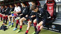 Kapitán Eintrachtu Pirmin Schwegler (zcela vpravo) si tři měsíce nekopne.