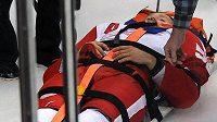 Obránce Detroitu Red Wings Niklas Kronwall je transportován z ledu na nosítkách.