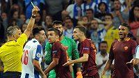 Thomas Vermaelen z AS Řím (uprostřed) inkasuje druhou žlutou kartu v play off Ligy mistrů proti FC Porto.