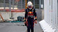 Max Verstappen smutně opouští dráhu