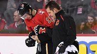 Otřesený útočník Calgary Johnny Gaudreau míří do šatny po nešťastné srážce s obráncem Philadelphie Radko Gudasem.