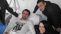 Emir Halilovič na nemocničním lůžku, navštívit ho přišli Tomáš Holeš, Jan Hable (vlevo) a pracovnice marketingového oddělení královéhradeckého klubu.