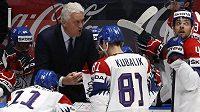 Miloš Říha udílí svým svěřencům pokyny při zápase proti Rusku.