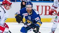 Švédský hokejista Linus Klasen v zápase proti Třinci