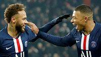 Fotbalisté PSG Neymar a Kylian Mbappé slaví první branku v utkání 16. kola Ligue 1 s Nantes