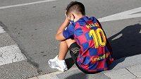 Výmluvná reakce malého fanouška Barcelony v dresu Lionela Messiho, Svého oblíbence se v neděli nedočkal.