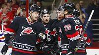 Hokejisté Caroliny se radují z gólu Alexandra Sjomina proti Edmontonu.
