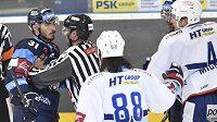 Čárový rozhodčí uklidňuje libereckého útočníka Dominika Lakatoše. Přihlížejí hokejisté Brna Peter Mueller a Zbyněk Michálek.