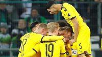 Fotbalisté Dortmundu se radují z gólu na hřišti Mönchengladbachu.