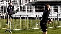 Votroci na hřišti hrají nohejbal, trenér Zdenko Frťala sleduje přípravu z tribuny.