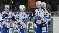 Hokejisté Komety Brno se radují z gólu proti Hradci Králové.