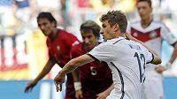 Německý fotbalista Thomas Müller dává gól proti Portugalsku na MS v Brazílii.