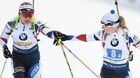 Lucie Charvátová (vlevo) s Evou Kristejn Puskarčíkovou v průběhu štafetového závodu. Dnes si předávají trochu jinou štafetu