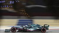 Pilot vozu Aston Martin Sebastian Vettel na trati v Bahrajnu.