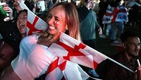 Anglická fanynka oslavuje postup do finále EURO. Ilustrační foto.