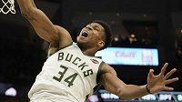 Basketbalista Milwaukee Bucks Janis Adetokunbo zářil v utkání NBA proti Indianě Pacers