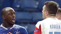 Slávista Ondřej Kúdela během osudné konverzace s Glenem Kamarou z Rangers...