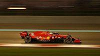 Charles Leclerc z týmu Ferrari v akci během posledního závodu sezony formule 1 v Abů Zabí.